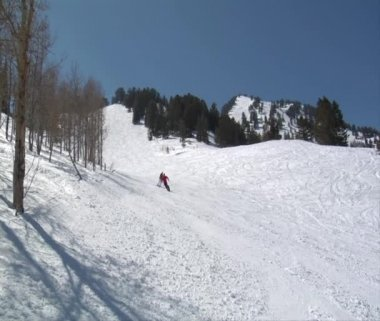 Skiers turn in formation down snowy mountain — Stock Video