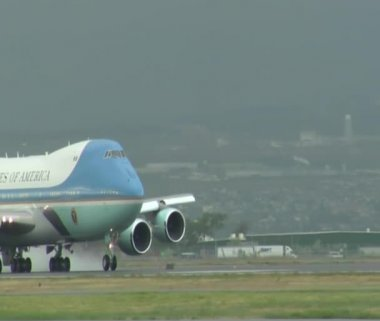 Air Force One gathers speed for take-off — Stock Video