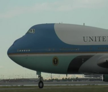 Air Force One gliding on tarmac — Stok video