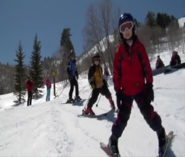 Boys snowplows down hill — Stock Video