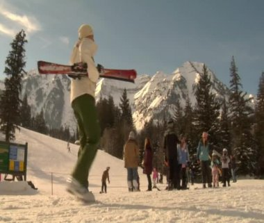 Skiers and snowboarders gather at base — Stockvideo