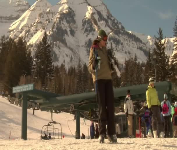 Skiiers gathering at base of hill — Vidéo