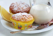 крупным планом двух домашний лимонный кексы с кувшином молока, селец — Стоковое фото