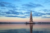 Famous and Beautiful Flooded Belltower on the River Volga. Kalya — Stock Photo