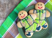 Homemade Gingerbread men in protective khaki uniforms on Defende — Stock Photo