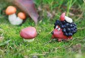 橡皮泥世界-小自制刺猬与牛肝菌对他的 b — 图库照片