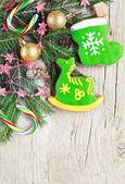 Zelfgemaakte christmas gingerbreads geschilderd als een groen paard en San — Stockfoto