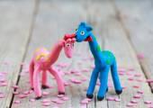 Mondo di plastilina - piccola giraffa blu fatti in casa con macchie verdi — Foto Stock