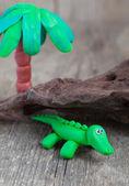 Hamuru dünya - palm tre ile küçük ev yapımı yeşil timsah — Stok fotoğraf