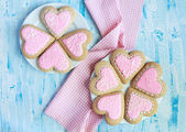 Homemade gingerbreads in the shape of heart with pink and white  — Stock Photo