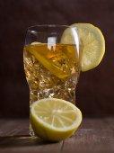 Холодный чай с лимоном — Стоковое фото
