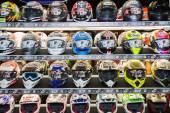 Caschi moto colori sul display — Foto Stock