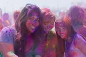 Bilinmeyen boyalı yüzler sırasında kadınlarla — Stok fotoğraf