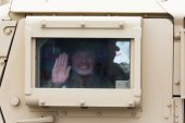 HMMWV militära fordon med soldat tittar ut genom fönstret — Stockfoto