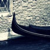Gondola moored in canal — 图库照片