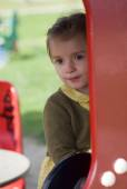 Glückliches kleines Mädchen auf dem Spielplatz — Stockfoto