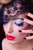 красивая женщина с черной кружевной маской на глазах — Стоковое фото