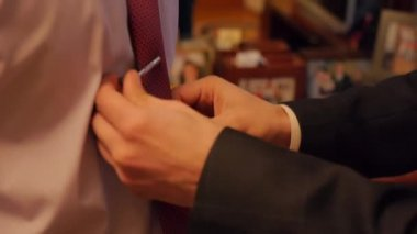 Buddy straightens tie groom — Stock Video