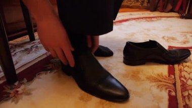 Man (the groom) shoes shoes — Stock Video
