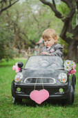 Malý ženicha v autíčko — Stock fotografie