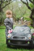 Malý ženicha poblíž autíčko — Stock fotografie