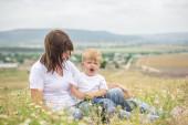 Madre e figlio che seduto in un campo — Foto Stock