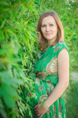 Těhotná žena v parku — Stock fotografie