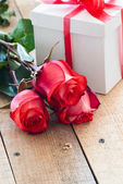 Gift with roses — Stock Photo