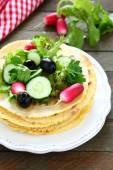 Pita bread and fresh vegetable salad — Stock Photo
