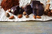 Chunks of chocolate, nuts and cocoa — Stock Photo