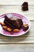 Großes stück dunkle schokolade auf einem teller — Stockfoto