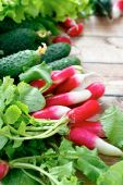 Fresh radishes and other vegetables — Stock Photo