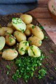 Potatoes and greens on board — Foto de Stock