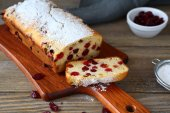 Christmas cake with cranberries — Stock Photo