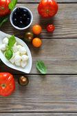 Mozzarella cheese and green basil in a bowl — Stockfoto
