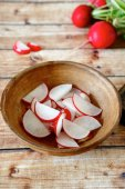 Sliced radishes  in a clay bowl — Stock Photo