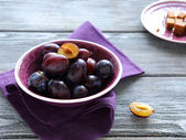 Gardens fresh plums in a bowl — Stock Photo