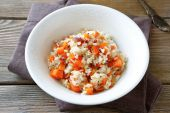 Steamed rice with carrots in a white bowl — Stock fotografie