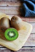Juicy kiwi on  chopping board — Stock Photo