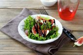 Salad with figs, lettuce and balsamic sauce — Stock Photo