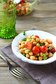 Salad with boiled chickpeas and tomatoes — Stockfoto