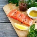 сырая свежая рыба на деревянной доске — Стоковое фото #55494719