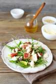 Crispy salad with pears, arugula and figs on a white plate — Zdjęcie stockowe