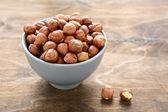Lískové ořechy v misce — Stock fotografie
