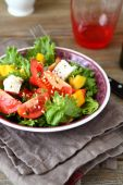 Salad with tomatoes, cheese and greens in a bowl — Foto de Stock