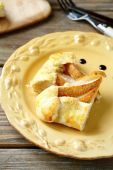 Galette with slices of pears in a bowl — Stock Photo