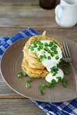Fried potato pancakes with sour cream — Foto Stock
