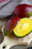 Mango halves on a cutting board — Stock Photo