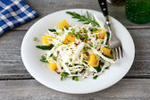 Easy coleslaw greens and oranges on a plate — Stock Photo