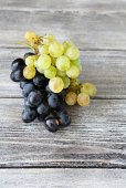 Two varieties of Sweet grapes on wooden background — Stock Photo